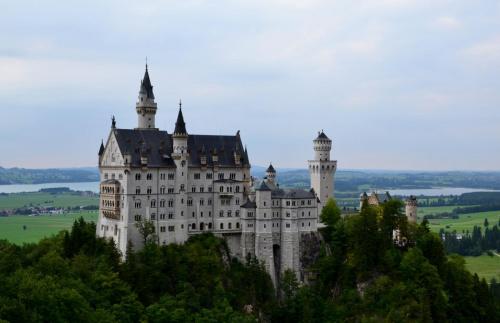 Zamek Neuschwanstein, na granicy Bawarii i Austrii, znany z czołówki filmów Disneya