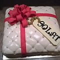 Tort prezent dla solenizantki #prezent #TortyOkazjonalne #kokarda #tort #torty #TortPikowany