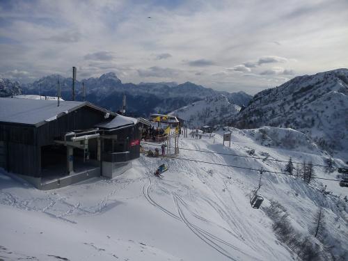 Na Gartnerkofel , widok z platformy na bar Berghex #Alpy #Austria #Narty #Nassfeld